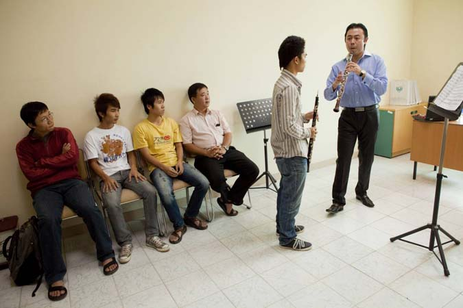 "<b>Saturday, October 17, 2009, 10:15AM:</b> The day after the Philharmonic's Hanoi debut, eight principal players spend the morning at the Hanoi Music Conservatory coaching students. Here, Principal Oboe Liang Wang (far right) offers pointers to a student. (For more, see video, ""10/17 Master Classes in Hanoi."")  <br><br>  All photos by Chris Lee"